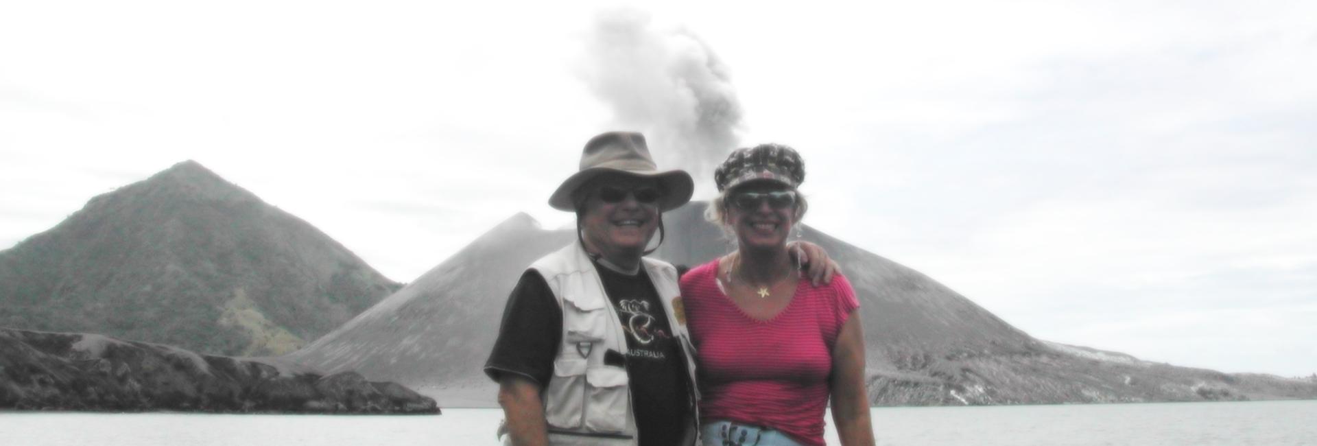 על רקע הר געש שמתפרץ כל רבע שעה בפאפואה